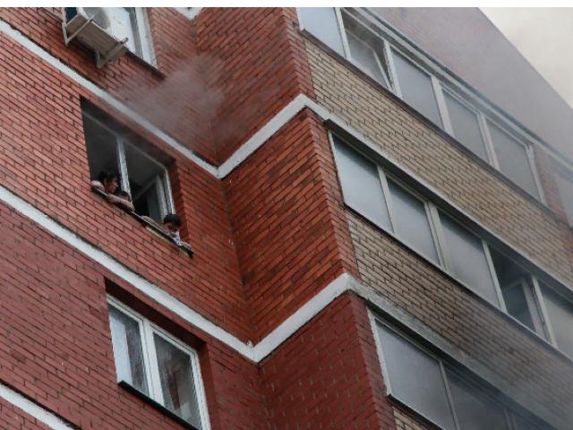 Спасатели эвакуировали 17 человек из дома на Береговой