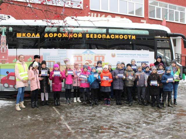 Ученики школы №7 посетили занятия в автобусе-тренажере «Школа дорожной безопасности»